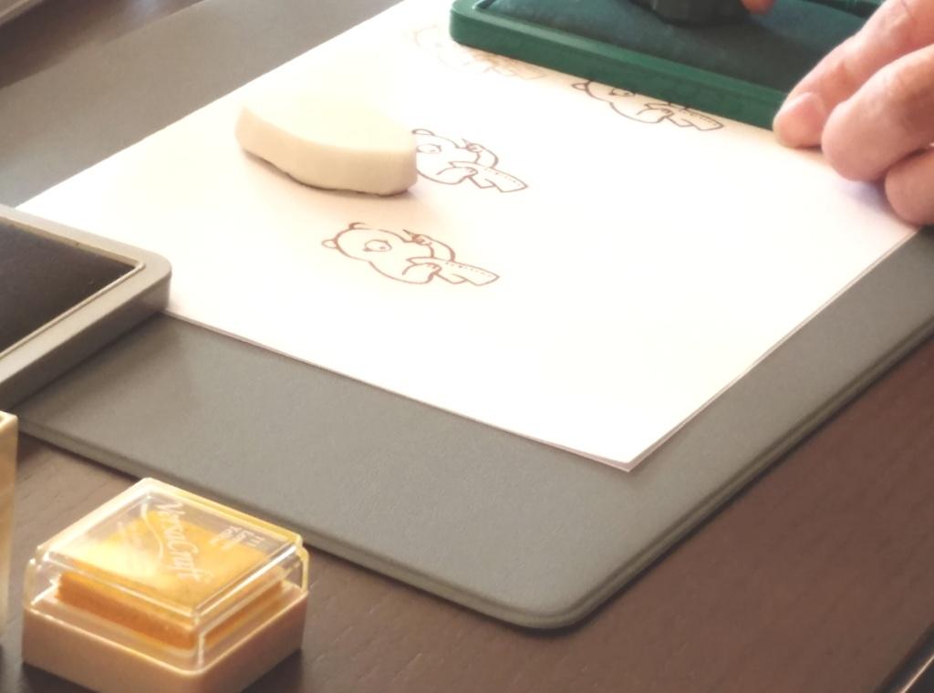 ハンコ絵葉書会でハンコを押す